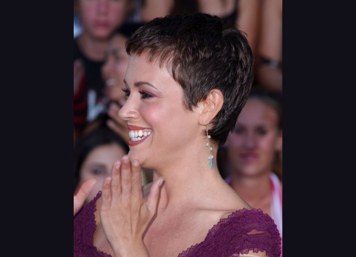 Alyssa Milano S Pixie Very Short Haircut To Keep The
