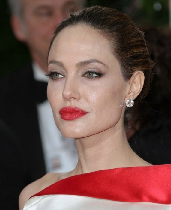 Angelina Jolie S Hair Styled Into A Simple And Elegant Up