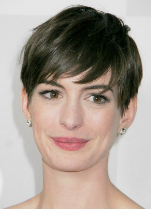 Anne Hathaway S Short Pixie Cut Style With The Hair Swept