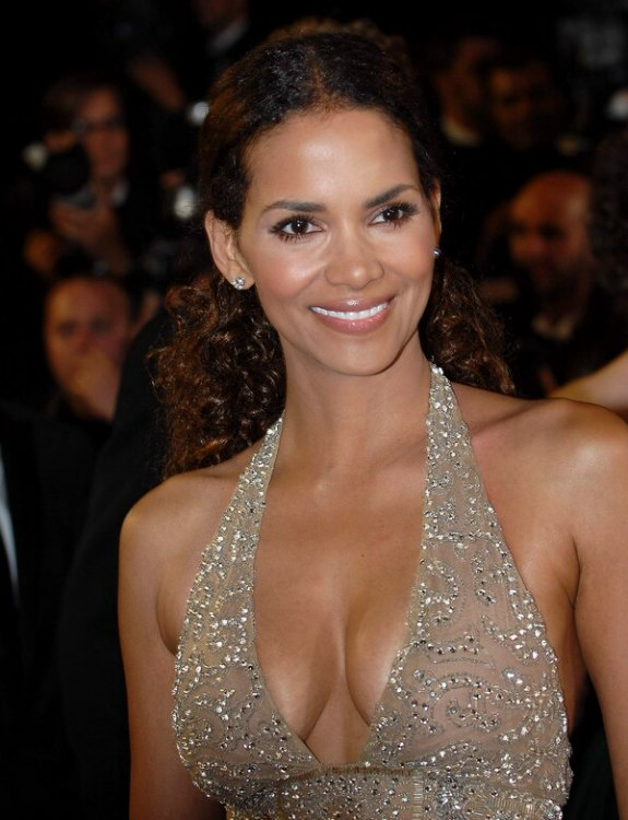Halle Berry S Hair With Natural Curl And Styled With