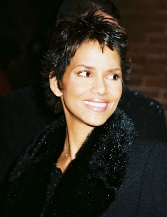 Halle Berry S Extremely Short Hair Cut Into A Stunning Crop