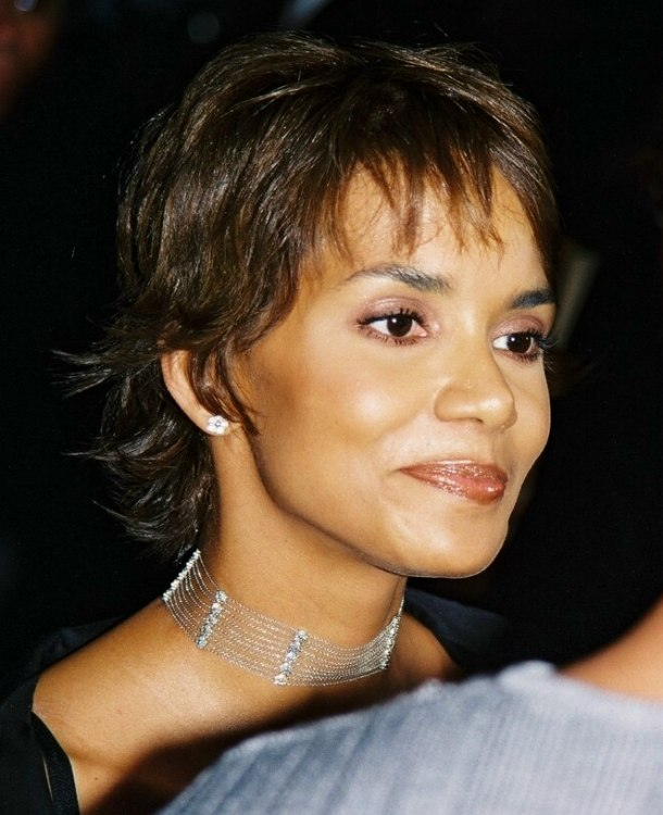 Halle berrys radical short haircut long enough to tug hair halle berry with wispy short hair urmus Image collections