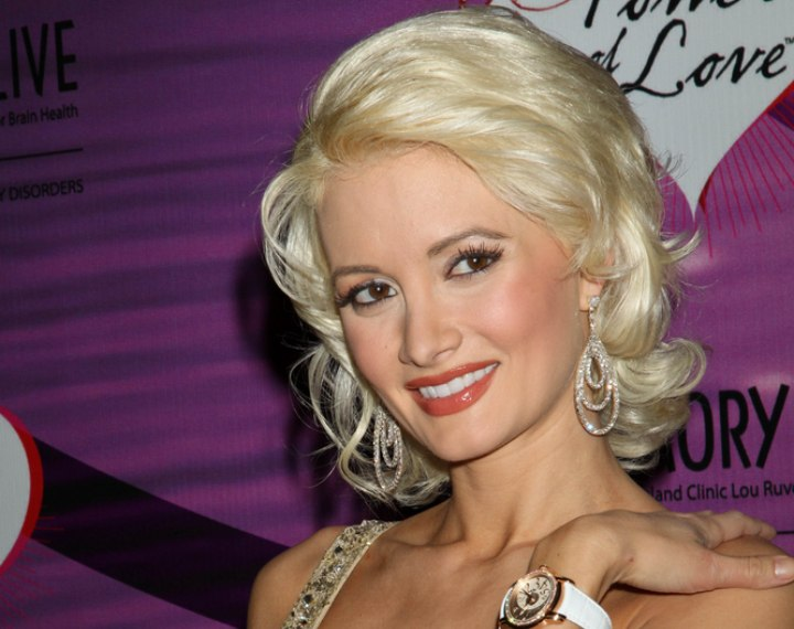 Holly Madison S Blonde Hair In A Retro Look With Curl And