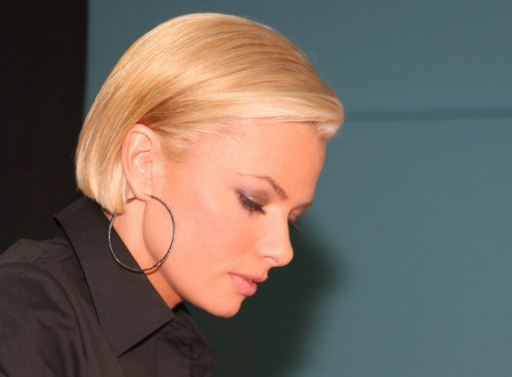 Jaime Pressly S Chic Short Bob With The Sides Tucked Back And Around