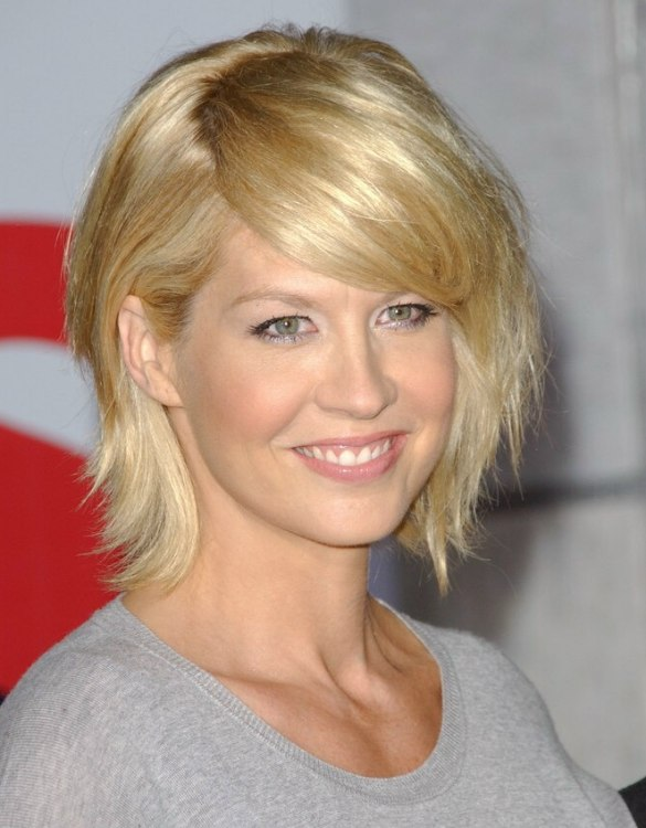 Jenna Elfman Wearing Her Hair In An Easy To Do Yourself Shag Cut