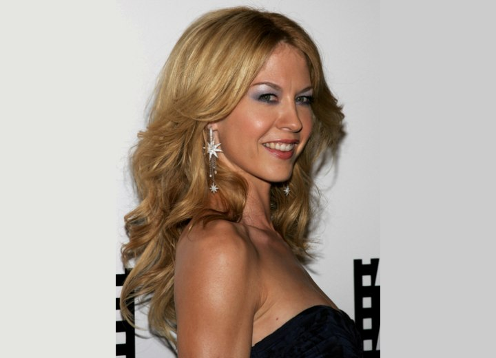 Jenna Elfman Sporting Bouncy And Feathered Long Hair For