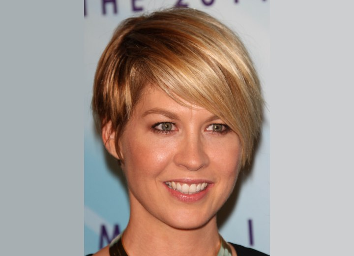 Jenna Elfman S Neat And Professional Short Haircut