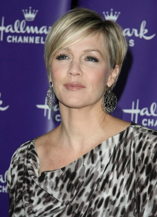 Jennie Garth S New Short Haircut With The Hair Tapered Up