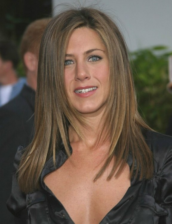 Jennifer Anistons Hair Cut In Long Layers With Angles Along The Sides