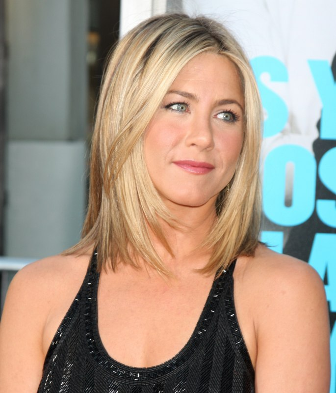 Jennifer Aniston Wearing Her Hair Short And Angled Along The Sides