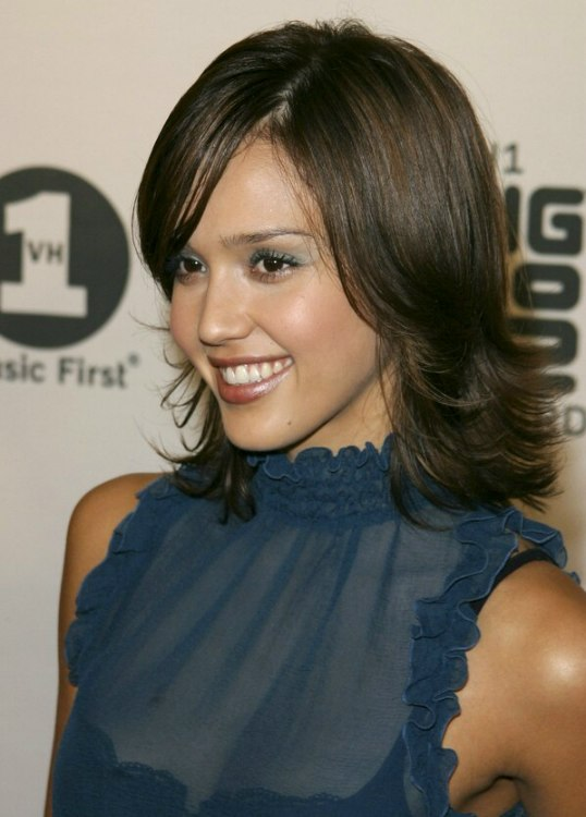 Jessica Alba Wearing Medium Long Feathered Hair With The Ends Turned