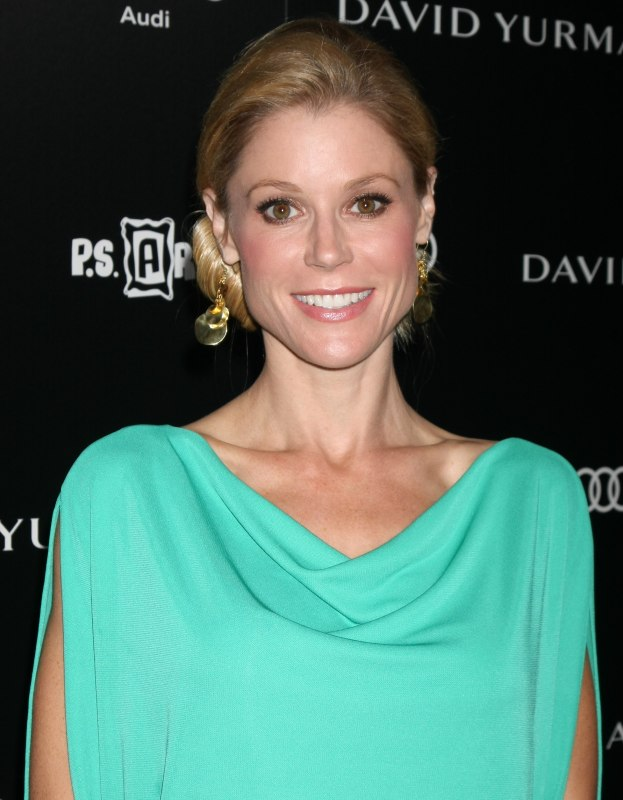 Julie bowen wearing her hair in a loose knot at the nape of her neck julie bowen wearing her hair in a loose knot urmus Gallery