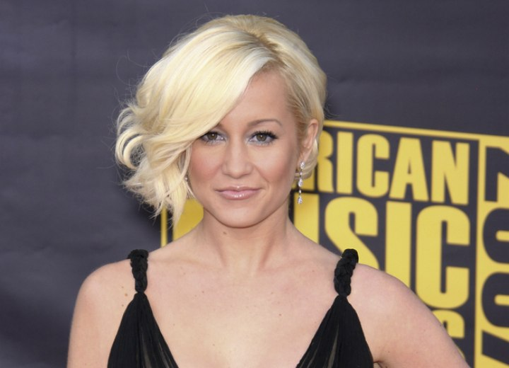 Kellie Pickler With Her Hair In A Side Swept Bob With Waves