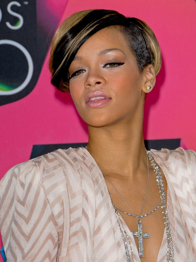 Rihannas New Short Hairstyle With A Short Clip That Moved Over Her Ears
