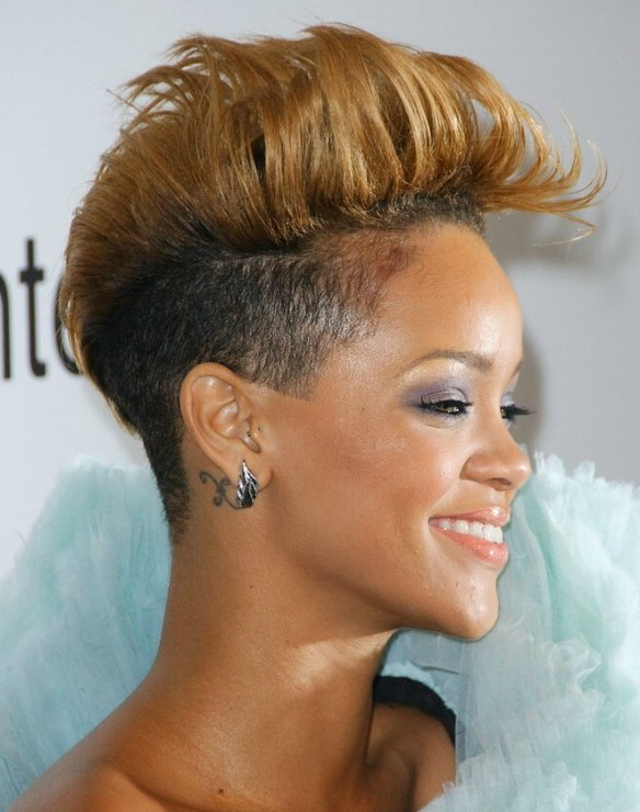 Rihanna\'s new hairstyle, closely clipped upon the sies and ...