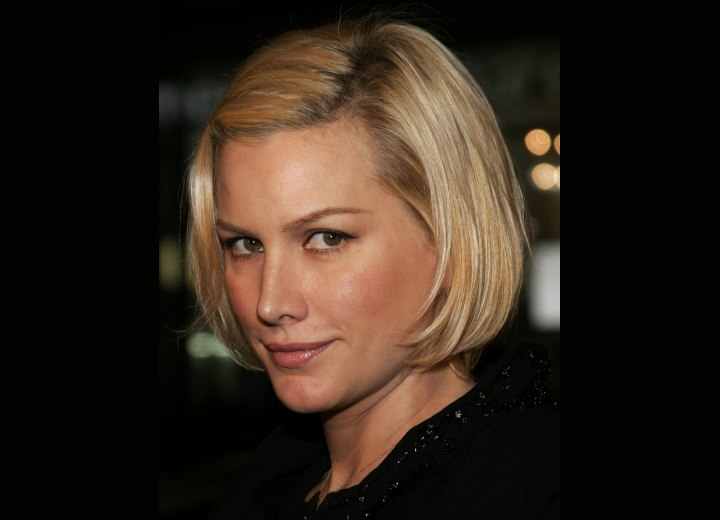 short straight hairstyle. Actress and celebrity Alice Evans has fashion short, straight hair