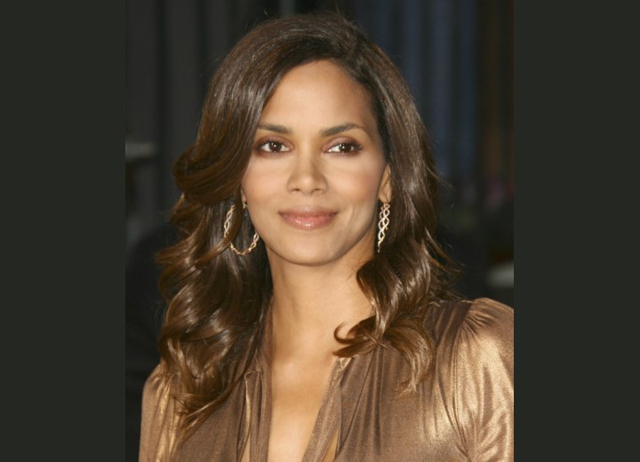 Halle Berry - Long hairstyle with waves