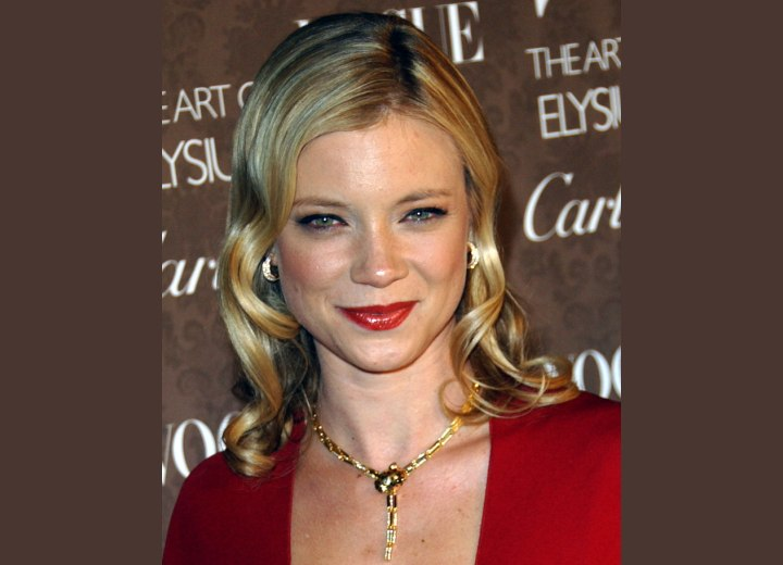 photo of Amy Smart's glossy wavy hair
