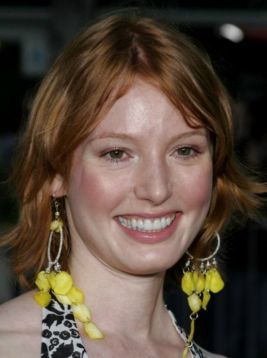 Alicia Witt S Red Hair Cut To Mid Length In A Shag Style