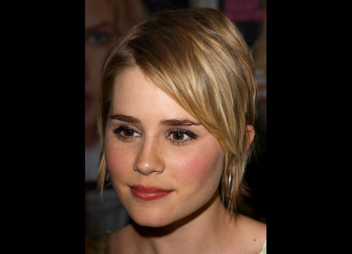 Alison Lohman - Short hairstyle with an angled fringe