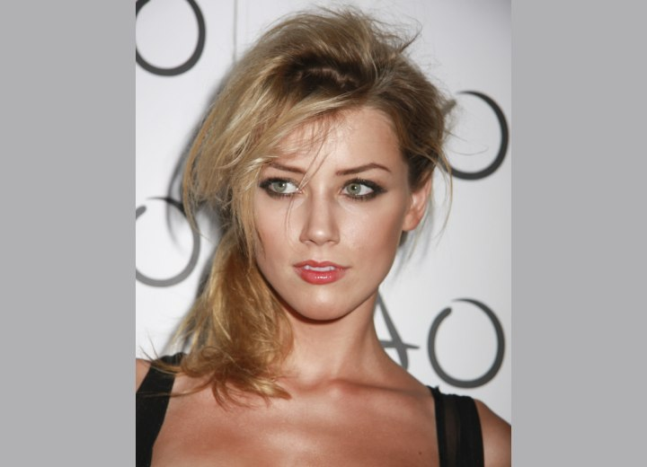 Amber Heard wearing her hair in a loose ponytail