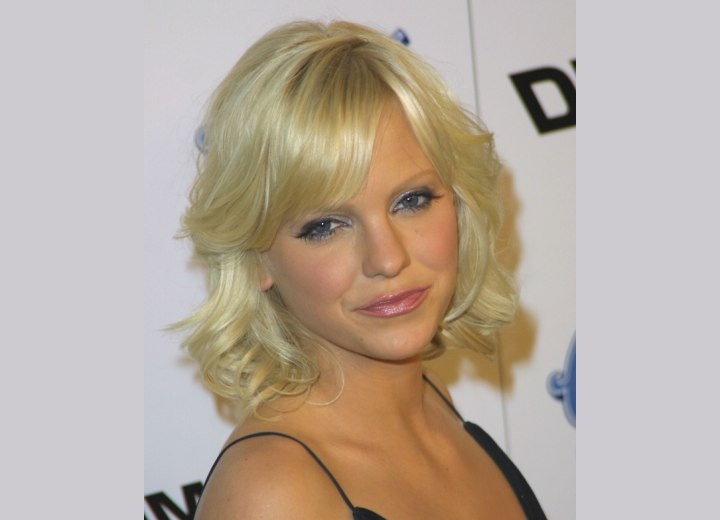 Anna Faris - Medium hairstyle with curls