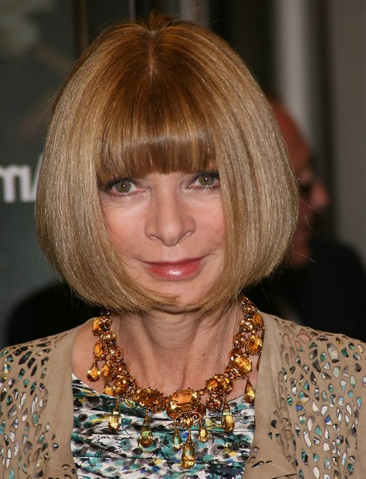 Anna Wintour Wearing Her Hair In A Bob That Is Curved Around Her Jaws