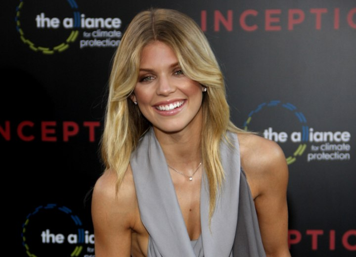 AnnaLynne McCord's long blonde hair