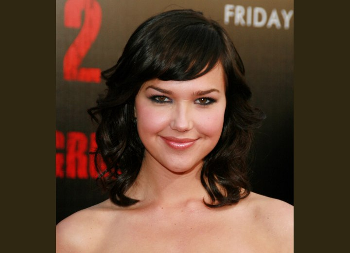 Arielle Kebbel S Dark Shoulder Length Hairstyle With Loose