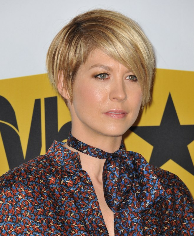 Jenna Elfman S Short Hairstyle In Between A Pixie And A