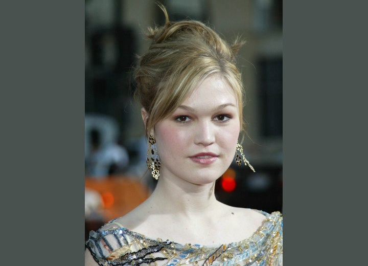 Julia Stiles - Hairdo with pinned back hair