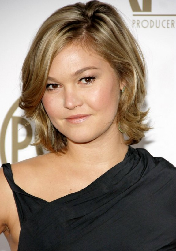 Julia Stiles | Neck length hairstyle with a long fringe, waves and a ...
