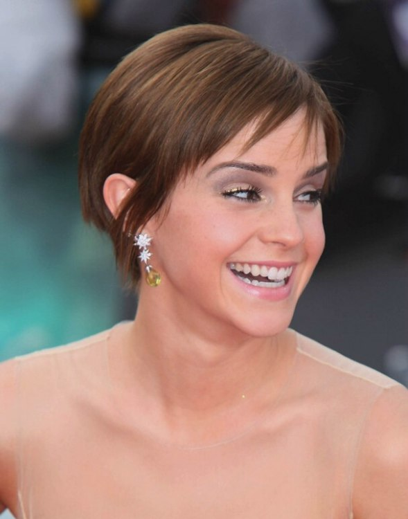 Emma Watson's Short Hairstyle With Fringe Around The Nape