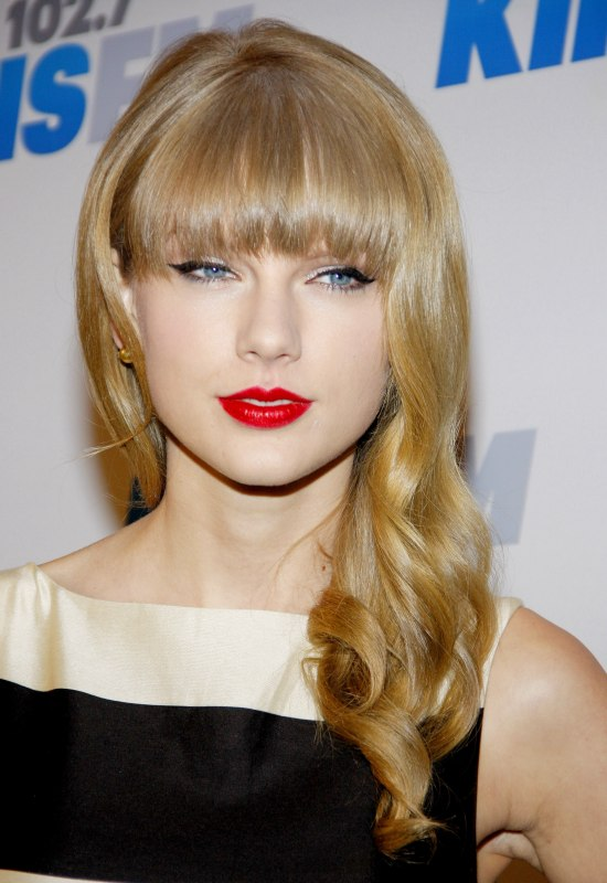 Taylor swift long loosely curled hair with full bangs taylor swift loosely curled long hair urmus Images