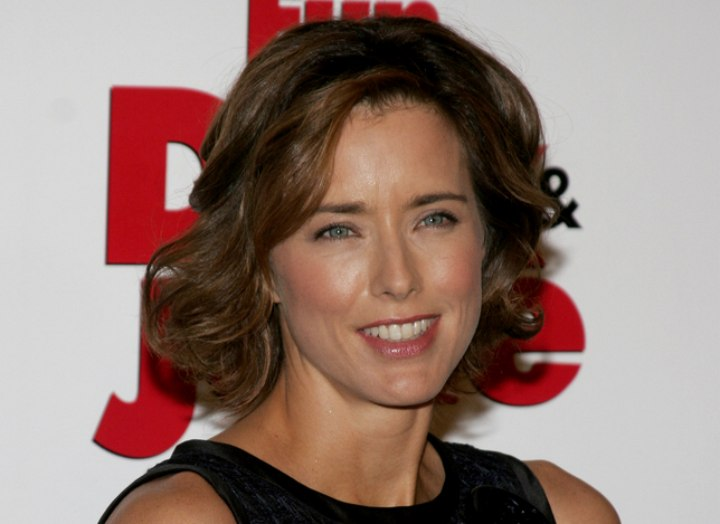 Tea Leoni with chin length hair