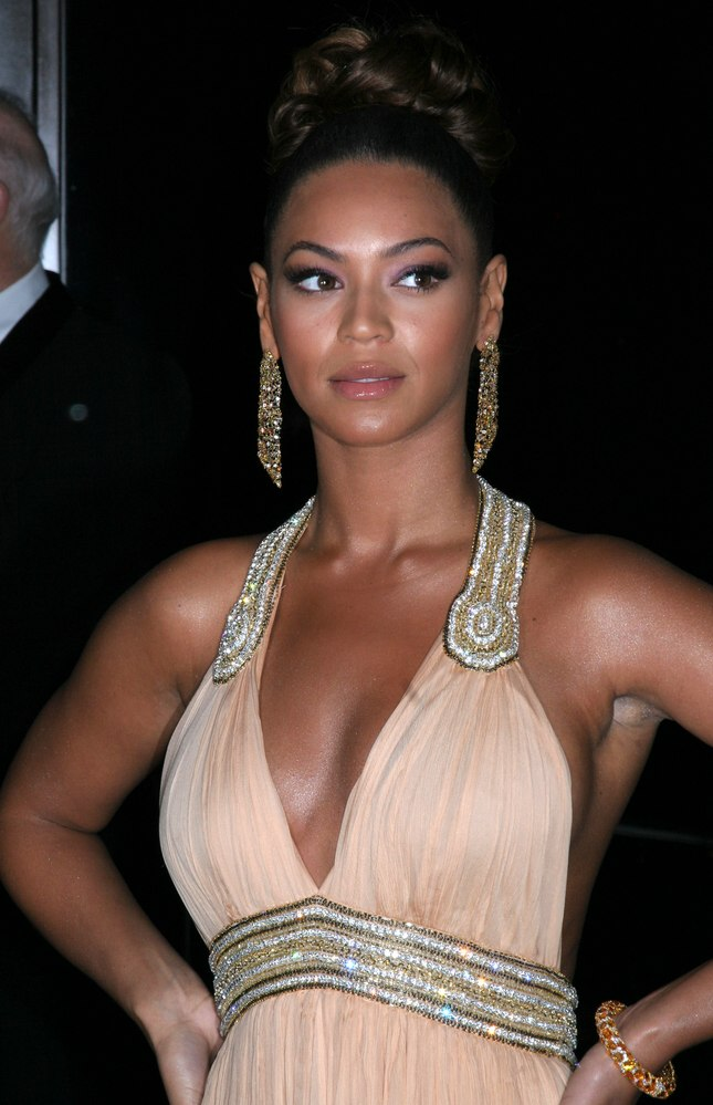 Beyonce S Hair Worn Up With Curls In The Crown