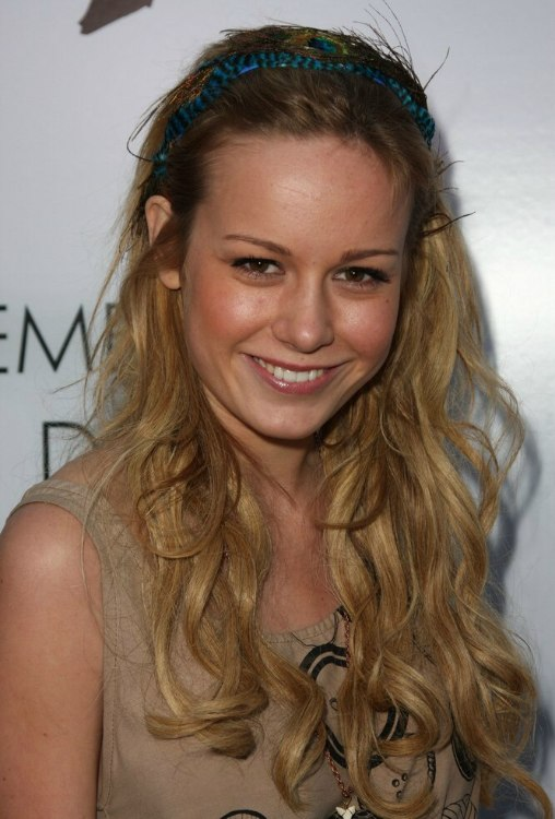 Brie Larson Long Blonde Hair With Layers And A Hairband