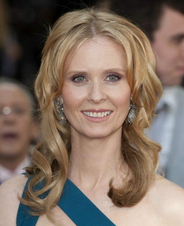 Cynthia Nixon Sporting A Long Hairstyle With Hair Extensions