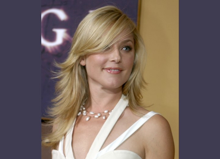 Hairstyle with layers and long side bangs - Elisabeth Rohm