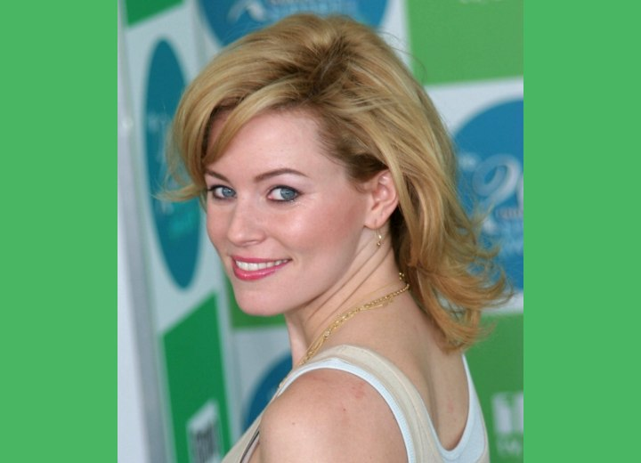 Side view of Elizabeth Banks medium haircut with flipping ends