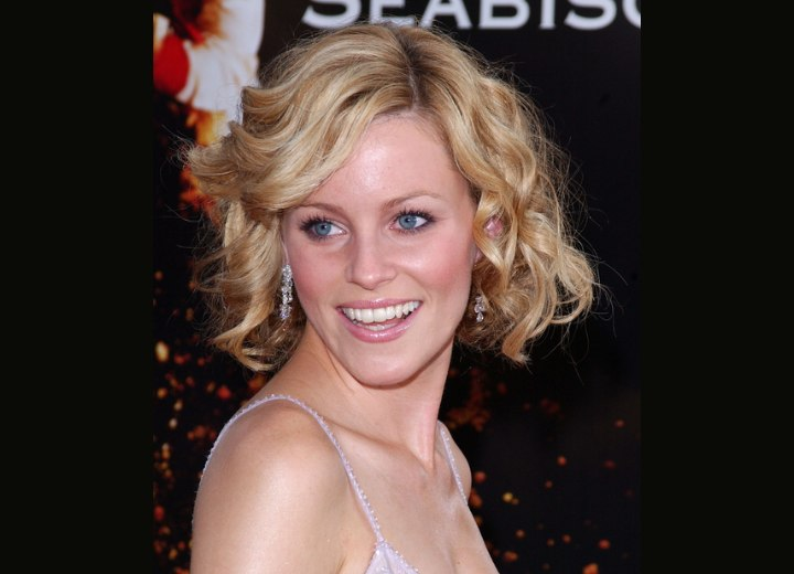 Elizabeth Banks - Youthful haircut with curls
