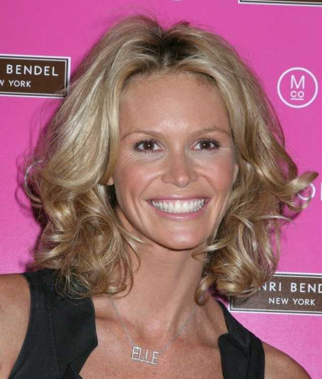 Elle MacPherson | Semi-short or medium length hairstyle with curls around the face and neck