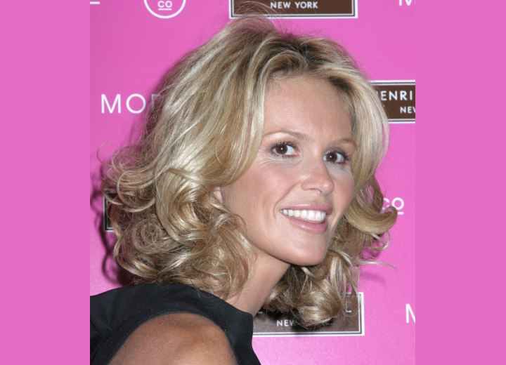 Neck length hairstyle with curls - Elle MacPherson