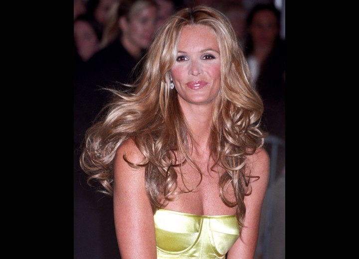 Very long hairstyles for women aged 40 and over - Elle MacPherson