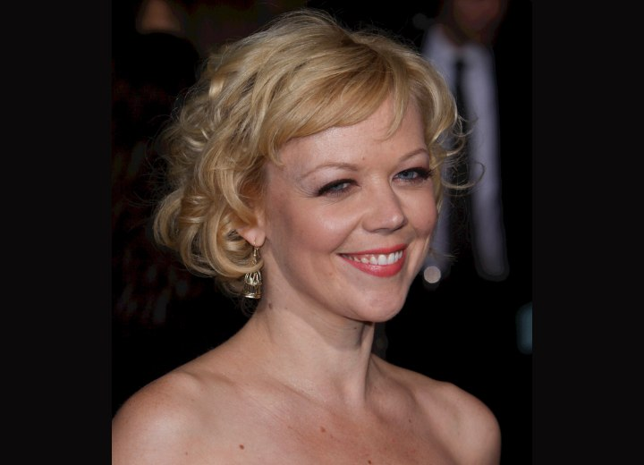 Short 60 hairstyle with curls - Emily Bergl
