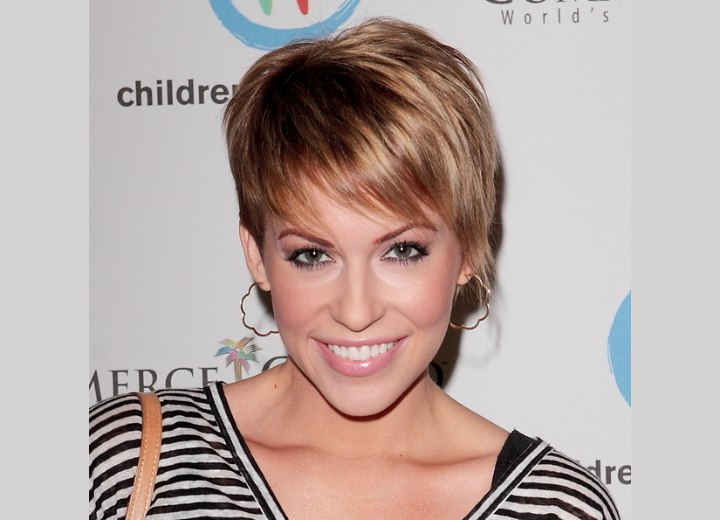 Short haircut that shows the ears - Farah Fath