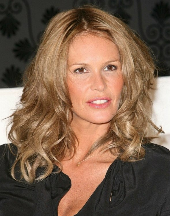 Elle Macpherson Just Below The Shoulders Hairstyle With