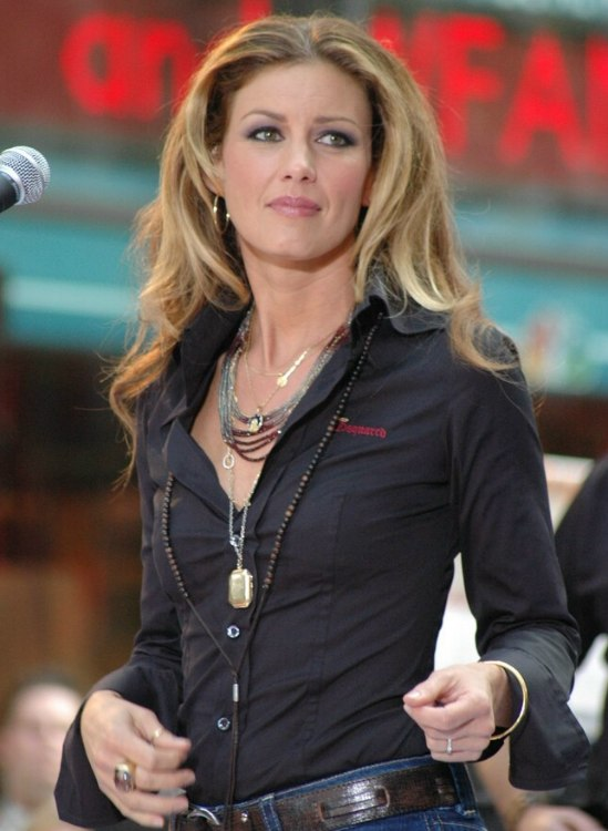 faith hill hairstyle with long rolling curls that fall