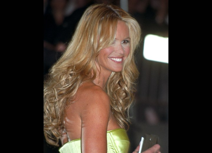 Middle of the back hair with curls and waves - Elle MacPherson