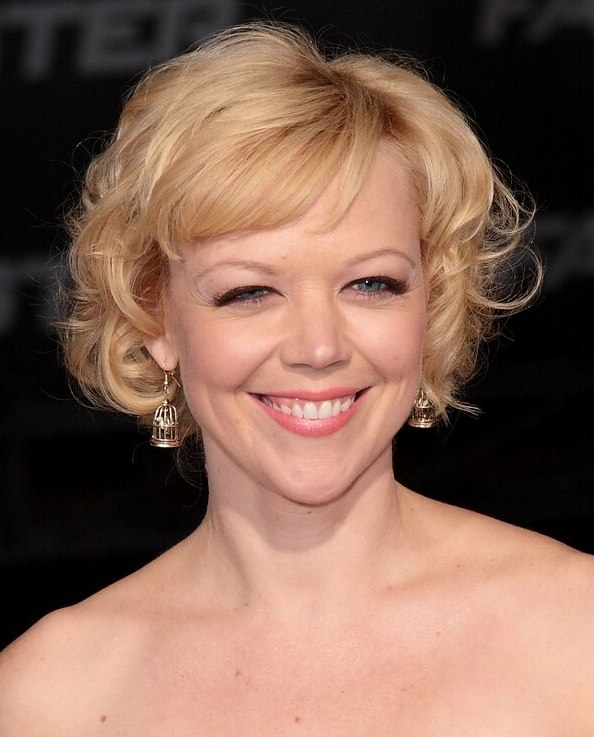 Emily Bergl S Hair In A Short Blonde 1960s Hairstyle With